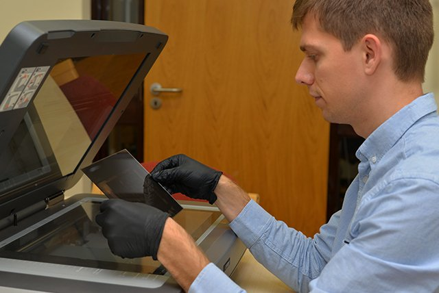 Scanning_glass_plates_how_to_place_on_scanner_bed